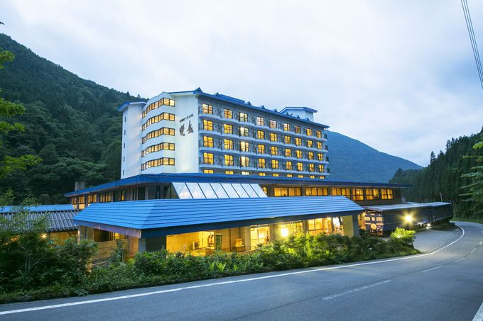 「硫黄岳」ともいわれる「焼岳」の麓に建つホテル