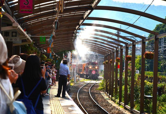 渓谷沿いを走るトロッコ列車の始発駅「トロッコ嵯峨駅」