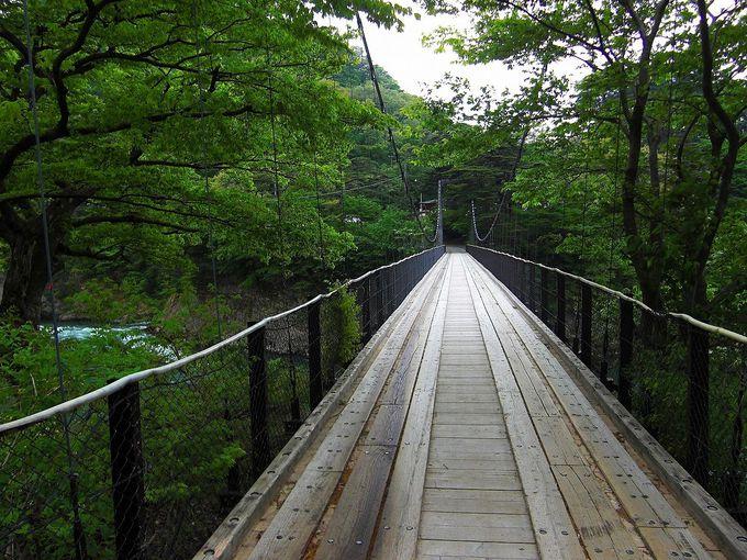 清流荒川に架かるつり橋の先に、お篭もりのお宿が。