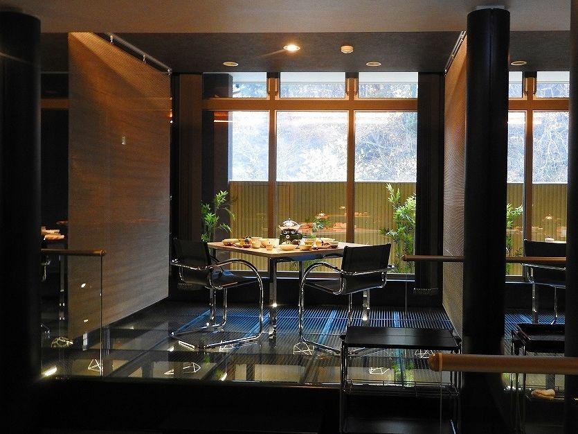 スタイリッシュで開放感あるスペースで、優雅な食事のひとときを