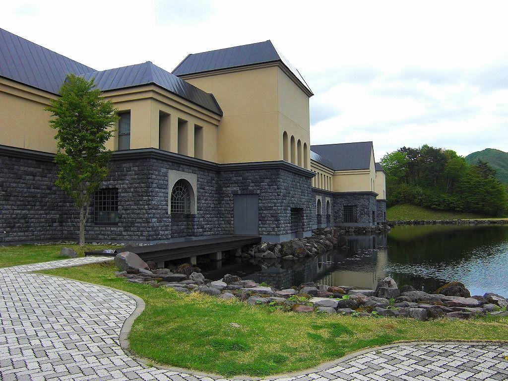 自然に溶け込む「諸橋記念美術館」 建物だけでも一見の価値
