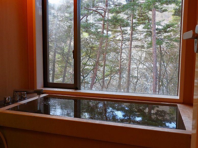 広々とした空間と檜風呂が自慢の客室