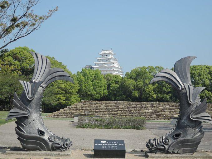 ちょっとレアな鯱瓦に守られる、べっぴん姫路城をパチリ!