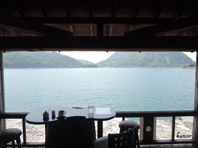 テラス席で白い石積埠頭と青い海をみながらの極上時間!レトロが心地よい珈琲屋「和蘭館」