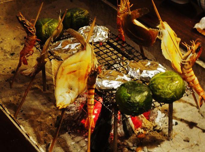 夕食は囲炉裏で!あわびも弁慶めしも炭で焼くのが最高!