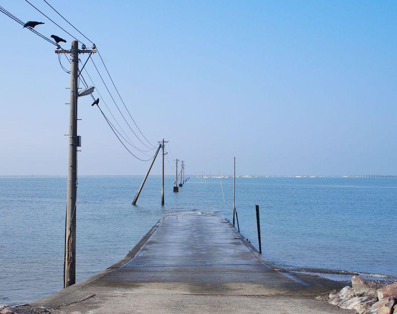 「長部田海床路」はおこしき海岸そば!干潟の海に沈む不思議な道