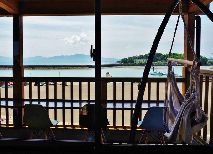 目の前は海!オープンデッキのカフェ