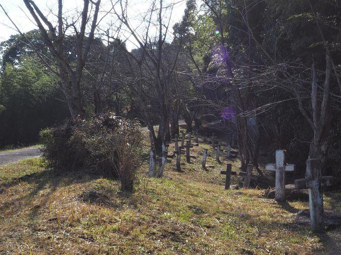 奥にはキリシタン墓碑群も