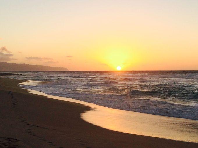 オレンジ色の世界に恋して!オアフ島一夕日が美しい「サンセットビーチ」