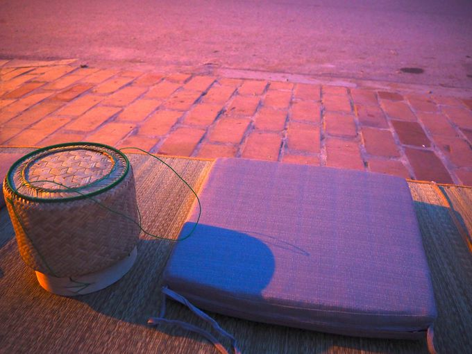 ラオスの伝統に触れる!早朝の托鉢に参加しよう!