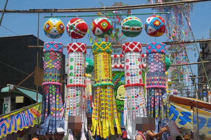 どこまでも続く伝統的な七夕飾りと屋台の数々