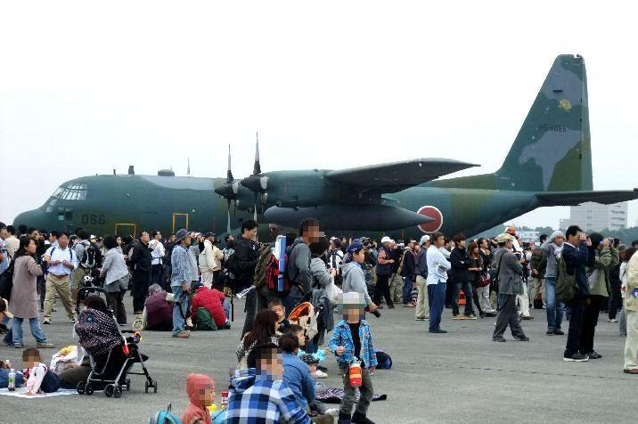 飛行展示が始まるまでは、地上展示と活動報告を見学