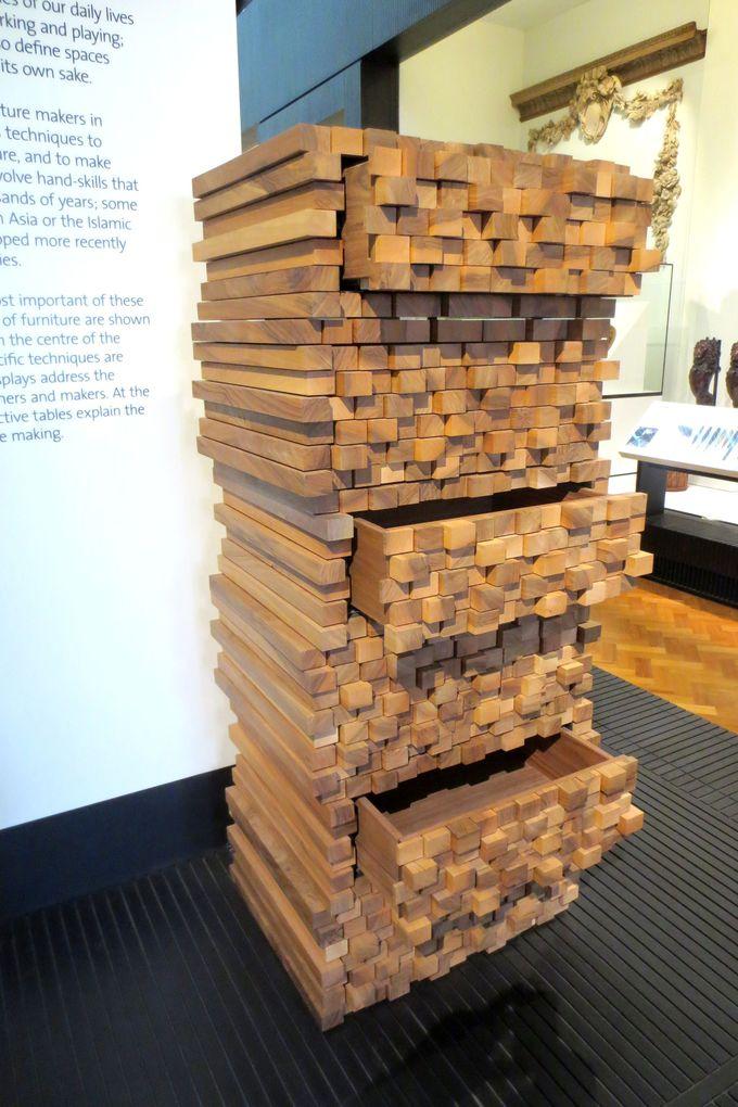 あなたが選ぶのは「実用」か「芸術」か?謎の家具が並ぶエリア