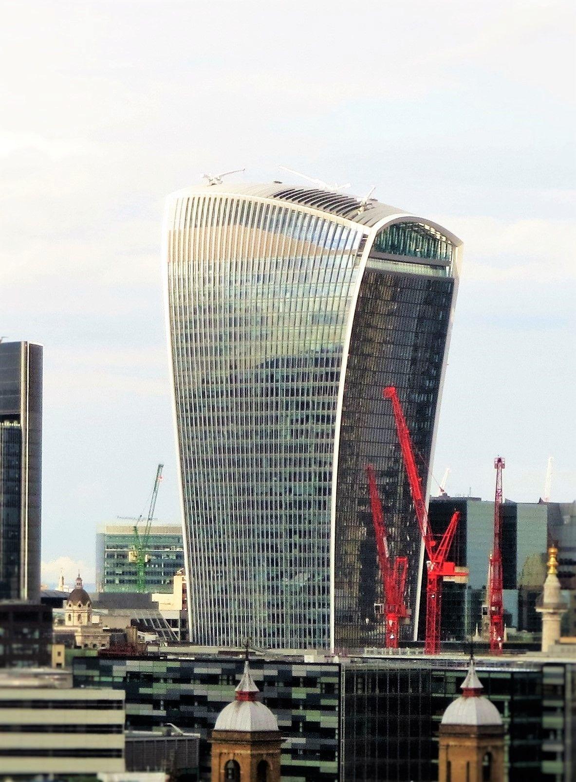 4.ロンドンの奇抜なデザインの高層ビル