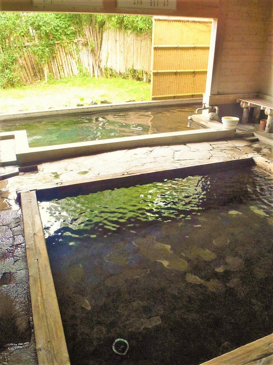 観光名所の金鱗湖から丸見え注意!?半露天&混浴温泉の「下ん湯」