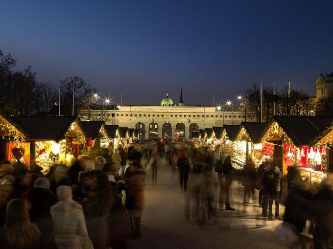 芸術鑑賞の後は、マリア・テレジア広場のマーケットへ