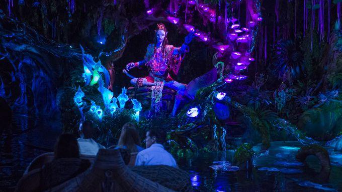 新アトラクション(2)洞窟内の光の世界「ナヴィ・リバー・ジャーニー」