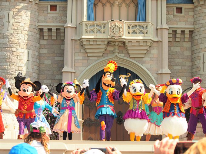 「友情」がテーマの「ミッキーのロイヤル・フレンドシップ・フェア」は、舞台の目の前で!
