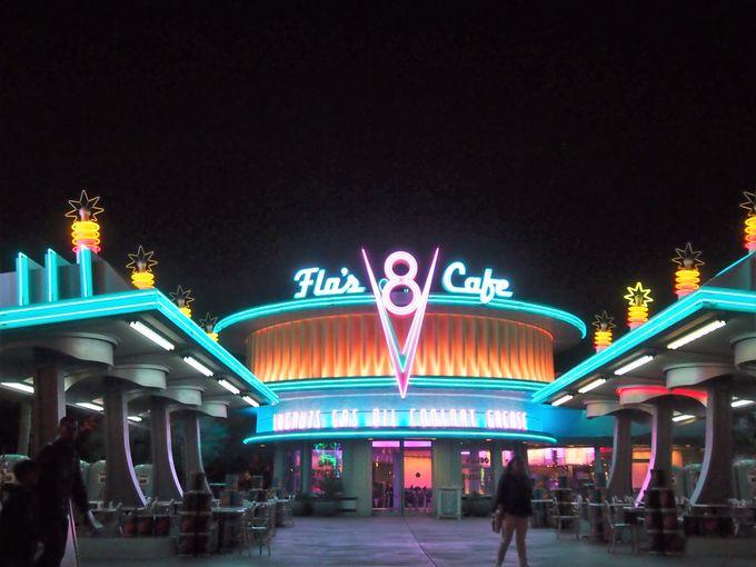 クールすぎる、夜の「フローのV8カフェ」