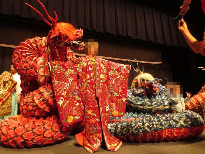 観客も貴重な衣装を羽織って記念撮影!