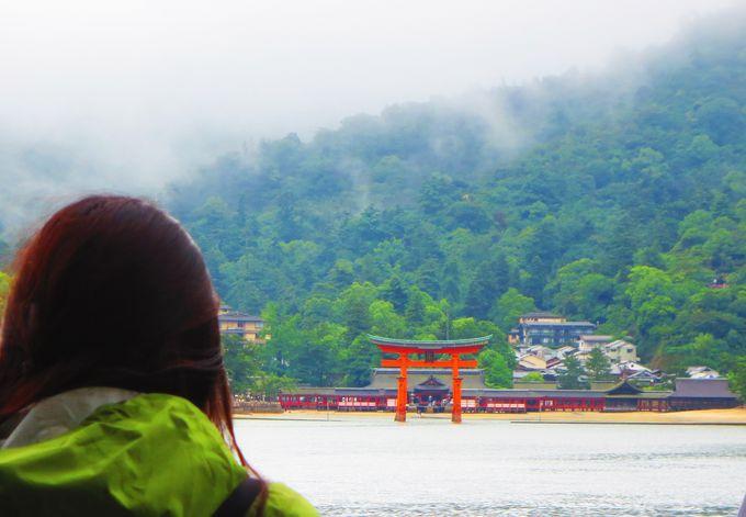 「JR宮島フェリー」の船上は、大鳥居の撮影スポット