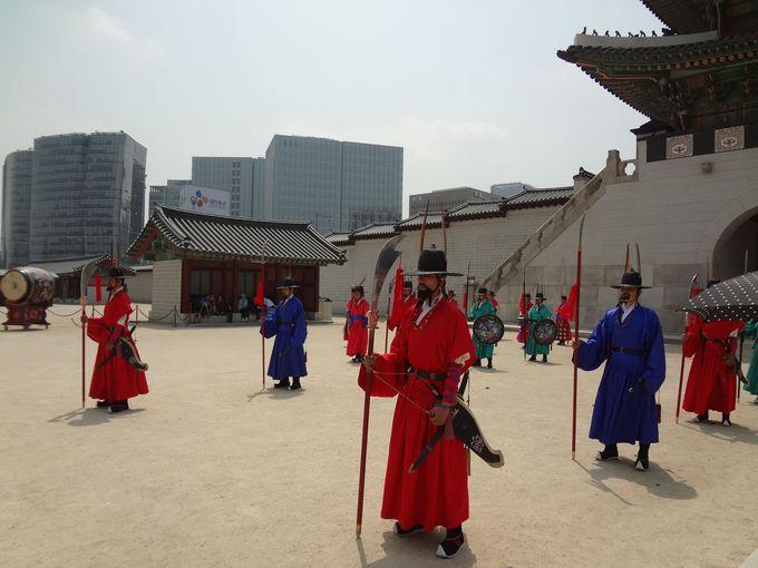 静かに見ていたくなる「王宮守門将交代儀式」。