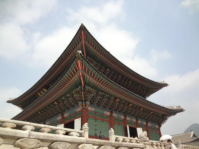 それぞれの役割を持った建物が立ち並ぶ宮殿。