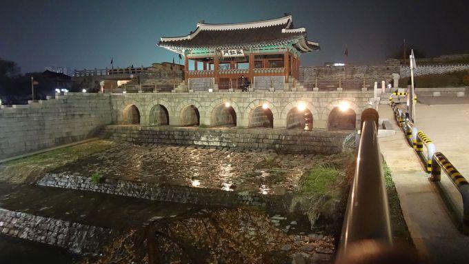 華虹門(ファホンムン)は唯一の水門。