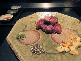 枯山水と東京都心の景色を楽しめる京王プラザホテルの鉄板焼「やまなみ」