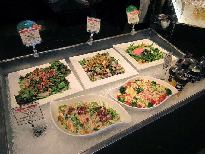 見た目も美しいサラダと小皿冷菜の前菜