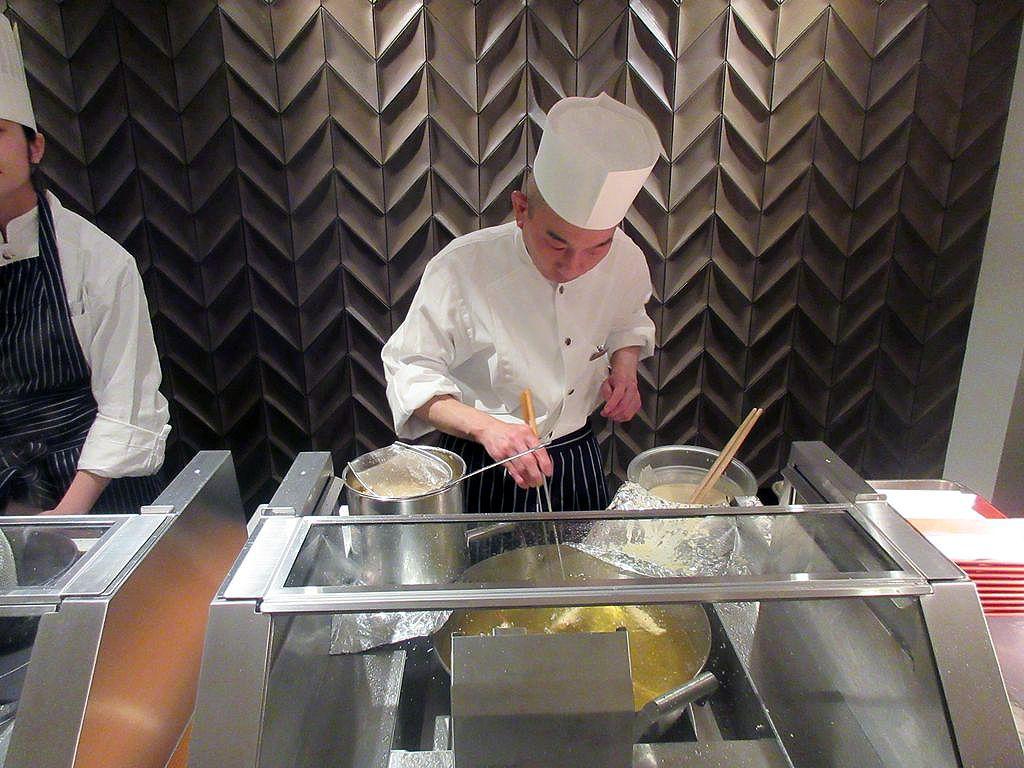 目の前で揚げる天ぷらや高級食材のメニューも