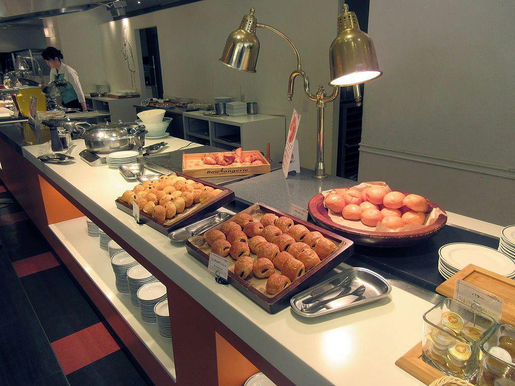 洋食と和食を合わせて40種類以上の賑やかなブッフェ台