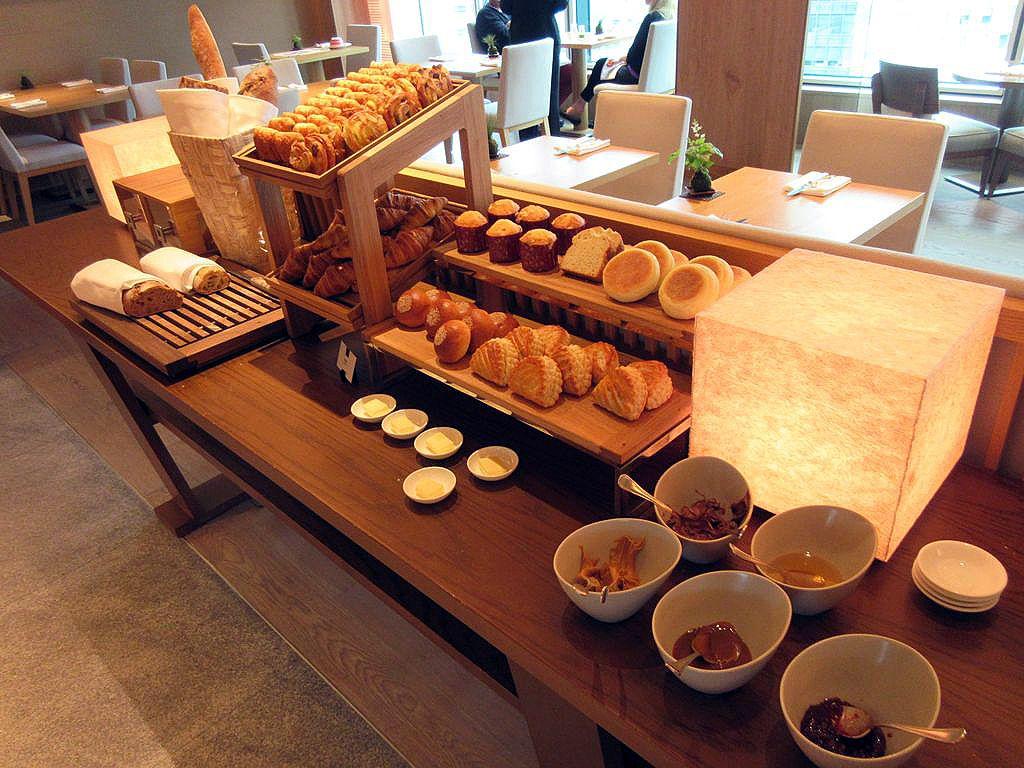充実したパンと目の前で調理するオムレツが魅力の朝食