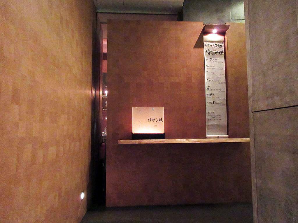 隠れ家的な入り口とマーケット風のディスプレイ