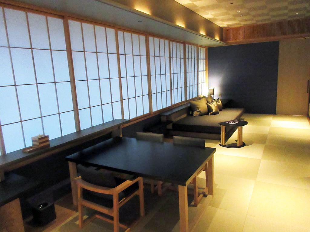 スタイリッシュで現代的な畳の客室