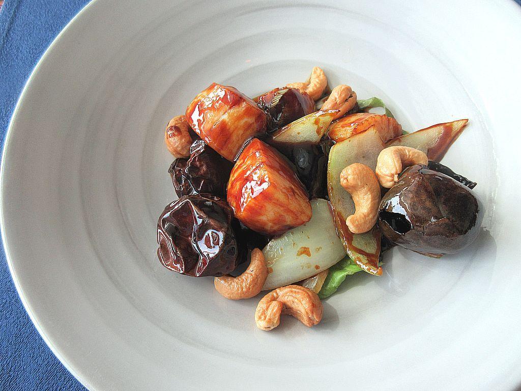 メインディッシュは海老や帆立貝といった魚介類から、牛や豚などの肉類まで
