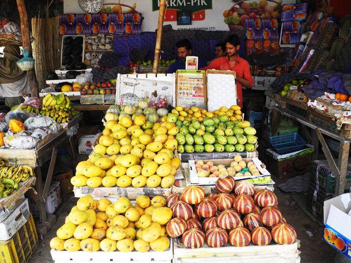 インドのローカルマーケットの果物屋さん
