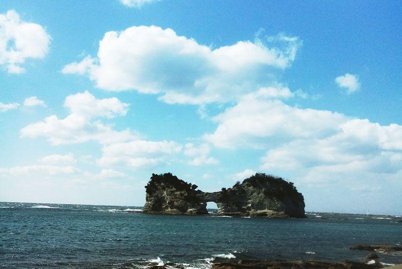 黒潮の荒波と絶景夕日!名勝「円月島・千畳敷・三段壁」