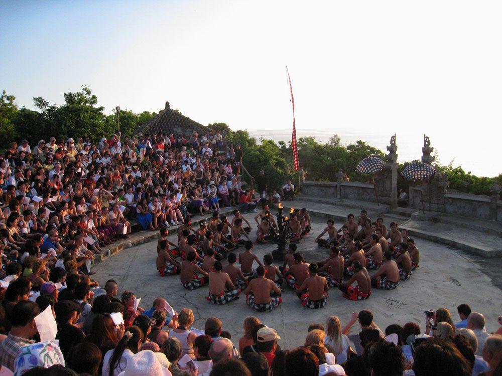 『ウルワツ寺院』で見る迫力いっぱいのバリ舞踊、ケチャダンス