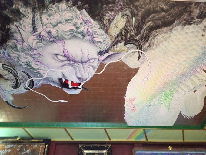 拝殿の天井には迫力の白蛇龍神さま!