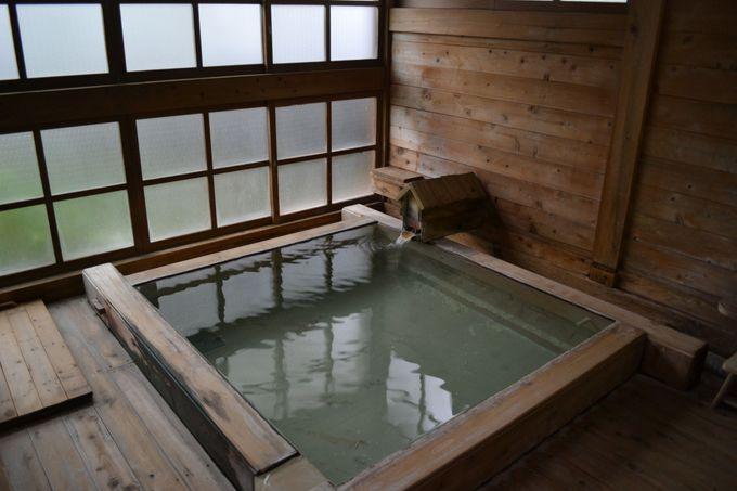中庭には宿泊者専用の貸切風呂も