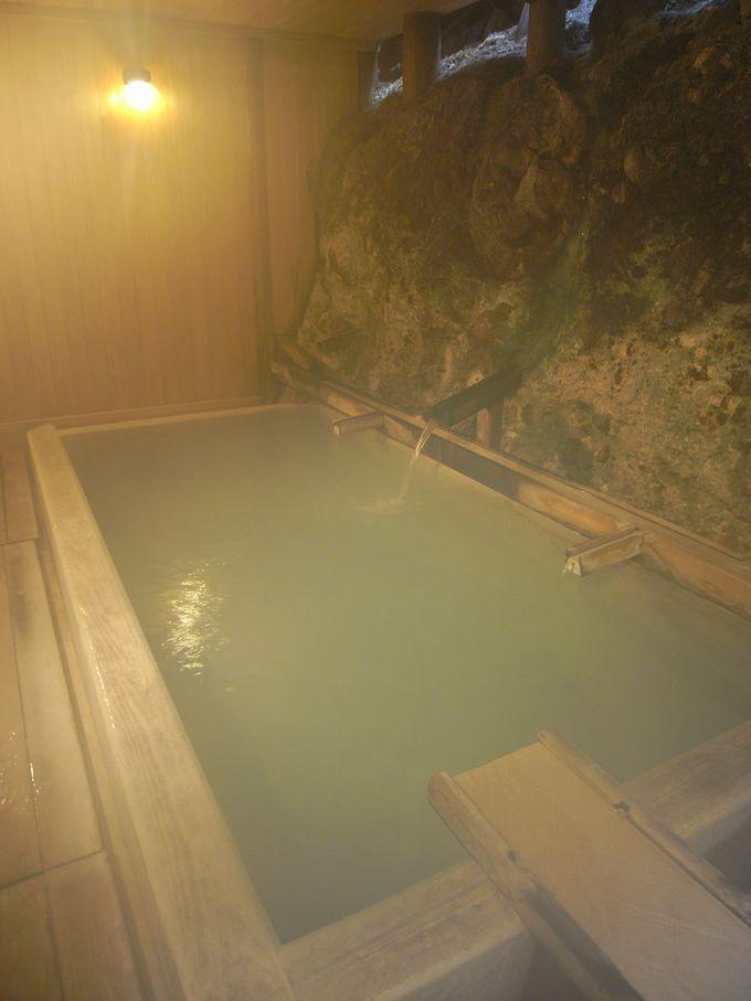 岩肌から染み出す草津最古の自噴源泉「ての字屋」