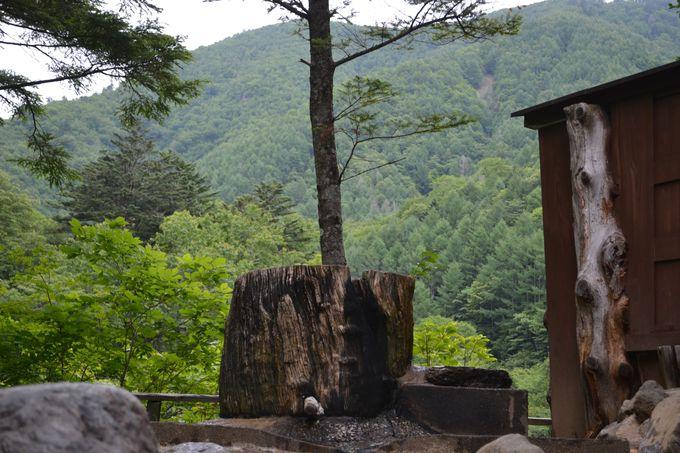丸太風呂から眺める山々。ひとり、無心になれるとき