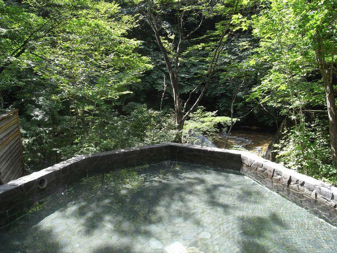 渓流を眼下に望む露天風呂
