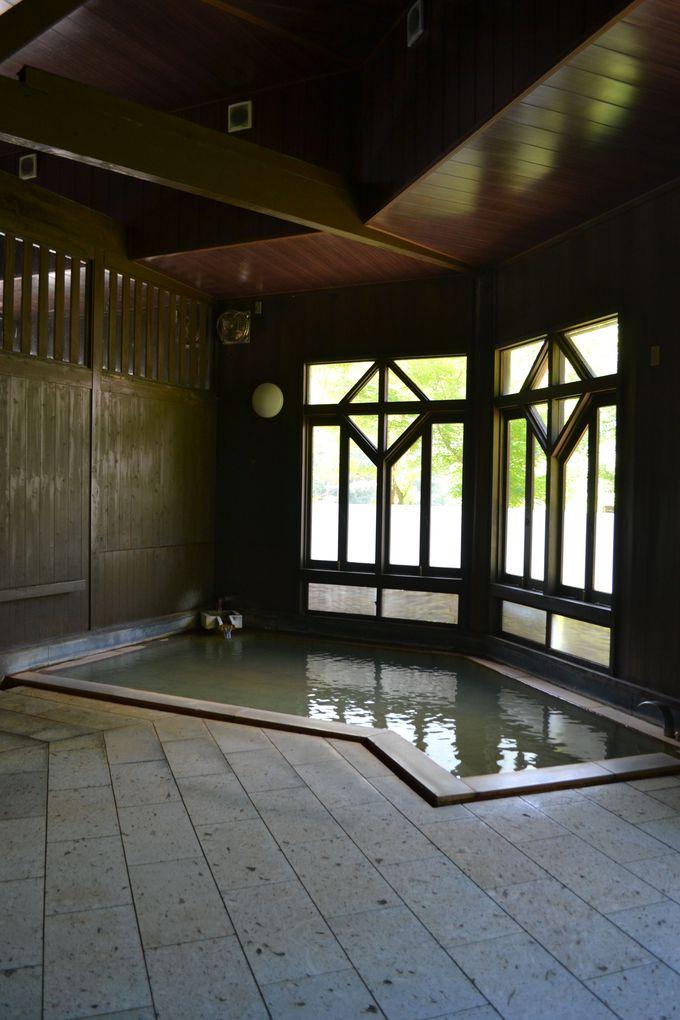 レトロモダンな木造の浴場