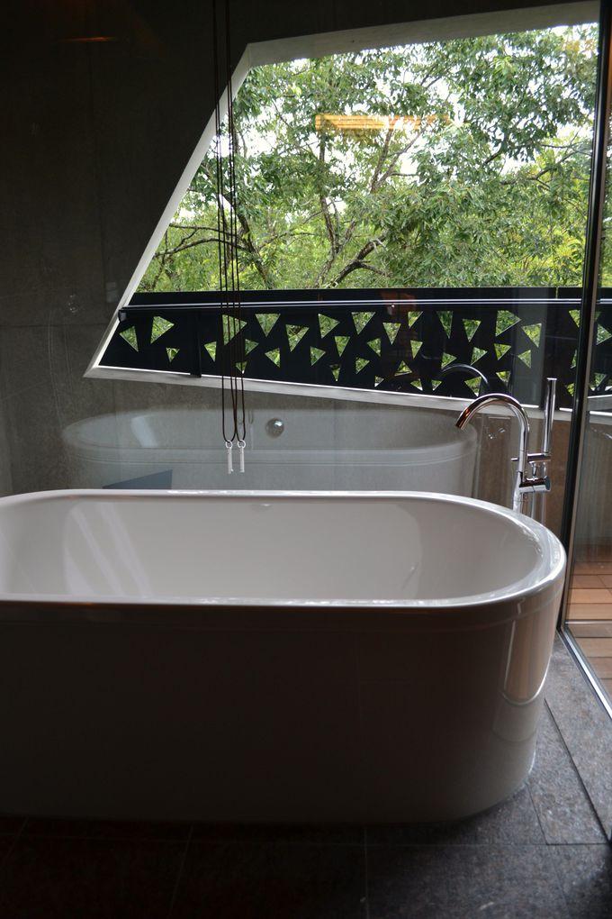 バスルームはひと部屋ごとに異なる大理石や御影石で