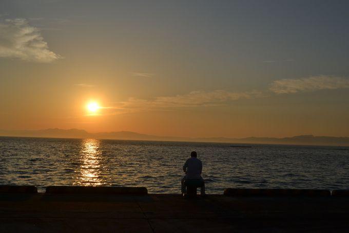 朝夕は海沿いを散歩