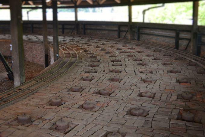 ずらりと並んだ投炭孔が迫力ある2階