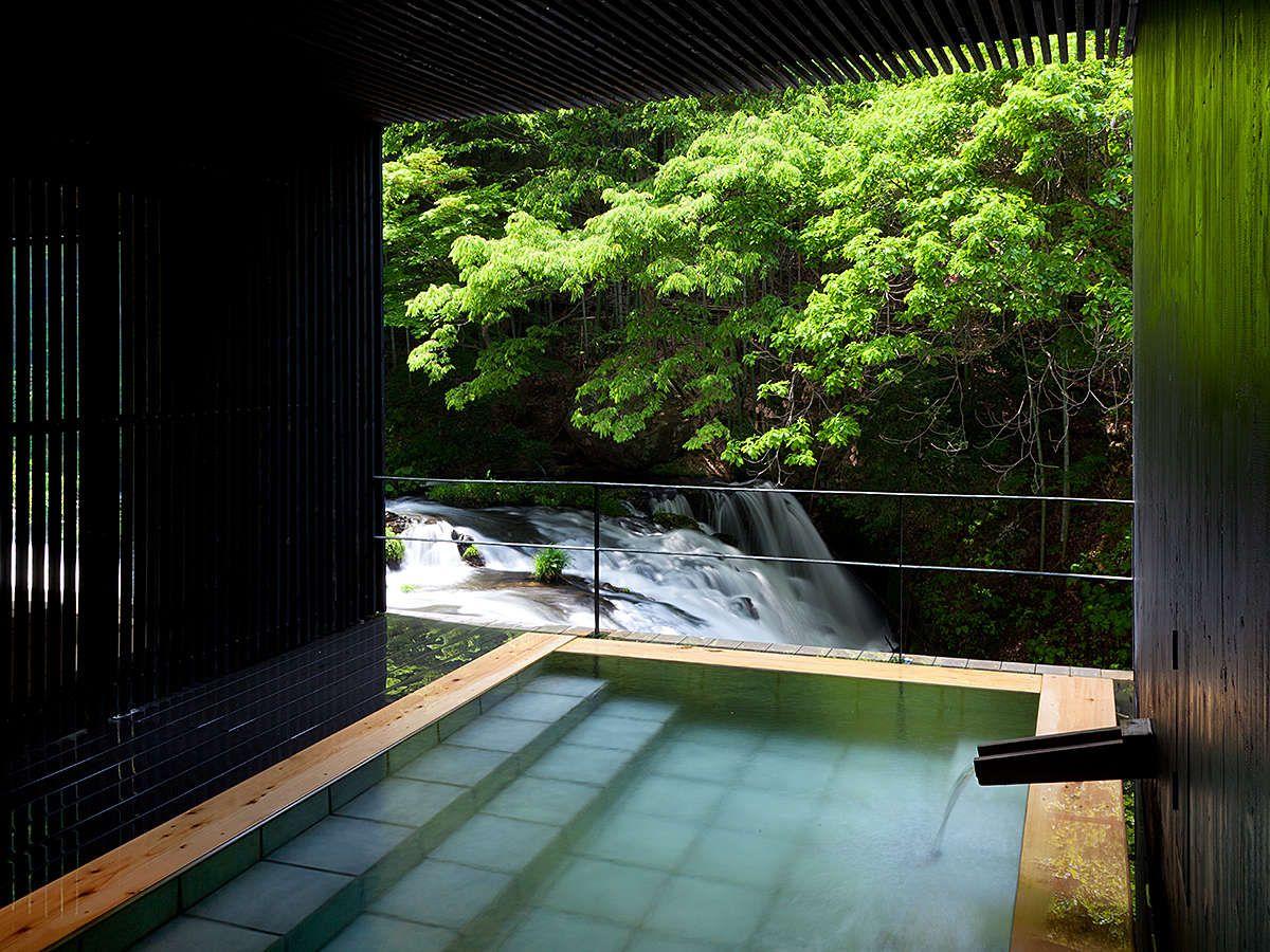 滝を望む本館の露天風呂は入らにゃ損!