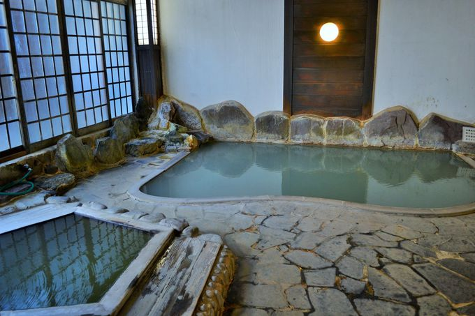 つるつるアルカリ泉の「うなぎ湯」とさっぱり硫黄泉の「滝の湯」